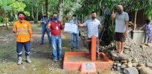 Warga Desa Batu Horing dan perwakilan PTAR berfoto bersama saat peresmian serta penyerahan pembangunan sarana air bersih di Desa Batu Horing